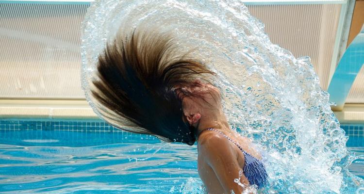 Trucos para proteger tu cabello del cloro y agua salada